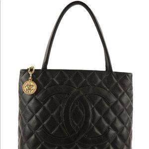 👜CHANEL Medallion Black Caviar Leather Tote